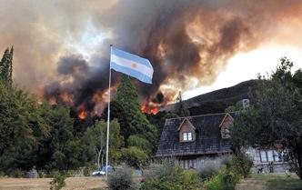 Argentinos oran por familias afectadas por lluvias e incendios